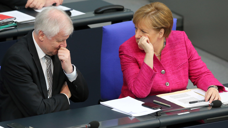Merkel gegen Seehofer, CDU gegen CSU - sprengt der Asyl-Streit die Regierung?