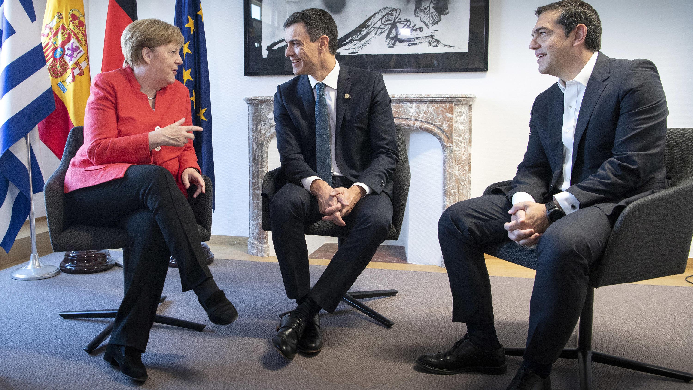 Belgien Brüssel Bundeskanzlerin Angela Merkel im Gespräch mit dem spanischen Ministerpräsidenten Pedro Sanchez und dem griechischen Ministerpräsidenten Alexis Tsipras zu Beginn des zweiten Tages des Europäischen Rats. Be
