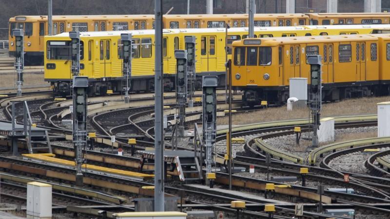Beim Schwarzfahren erwischt: Frau flüchtet und lässt Baby am Bahnsteig zurück