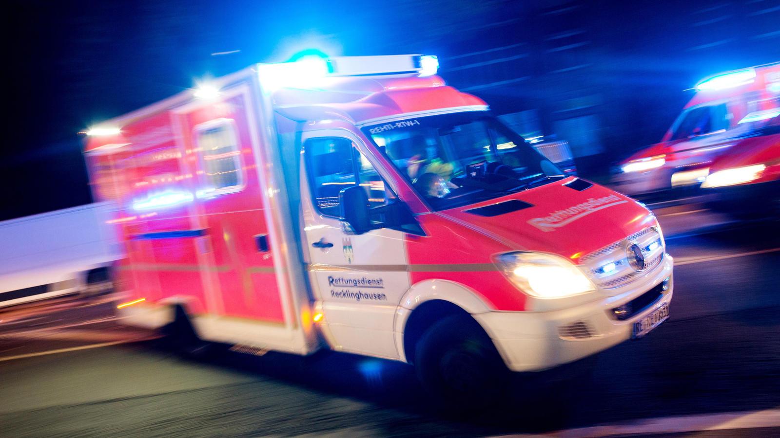 Mann stört Rettungsmaßnahmen und bedroht Einsatzkräfte - Frau stirbt