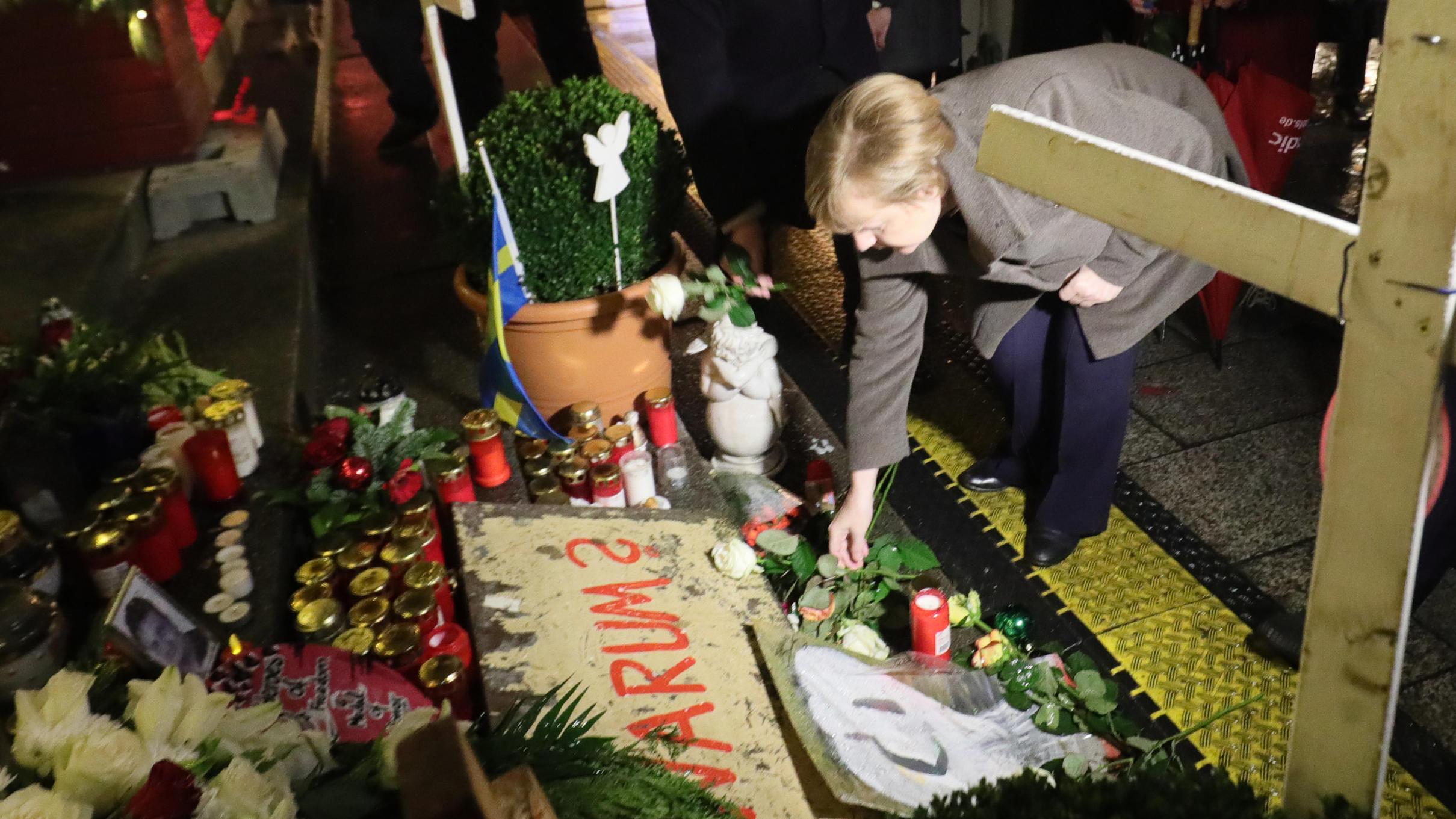 Nach Kritik von Hinterbliebenen: Merkel besucht Weihnachtsmarkt am Berliner Breitscheidplatz und gedenkt Terroropfern