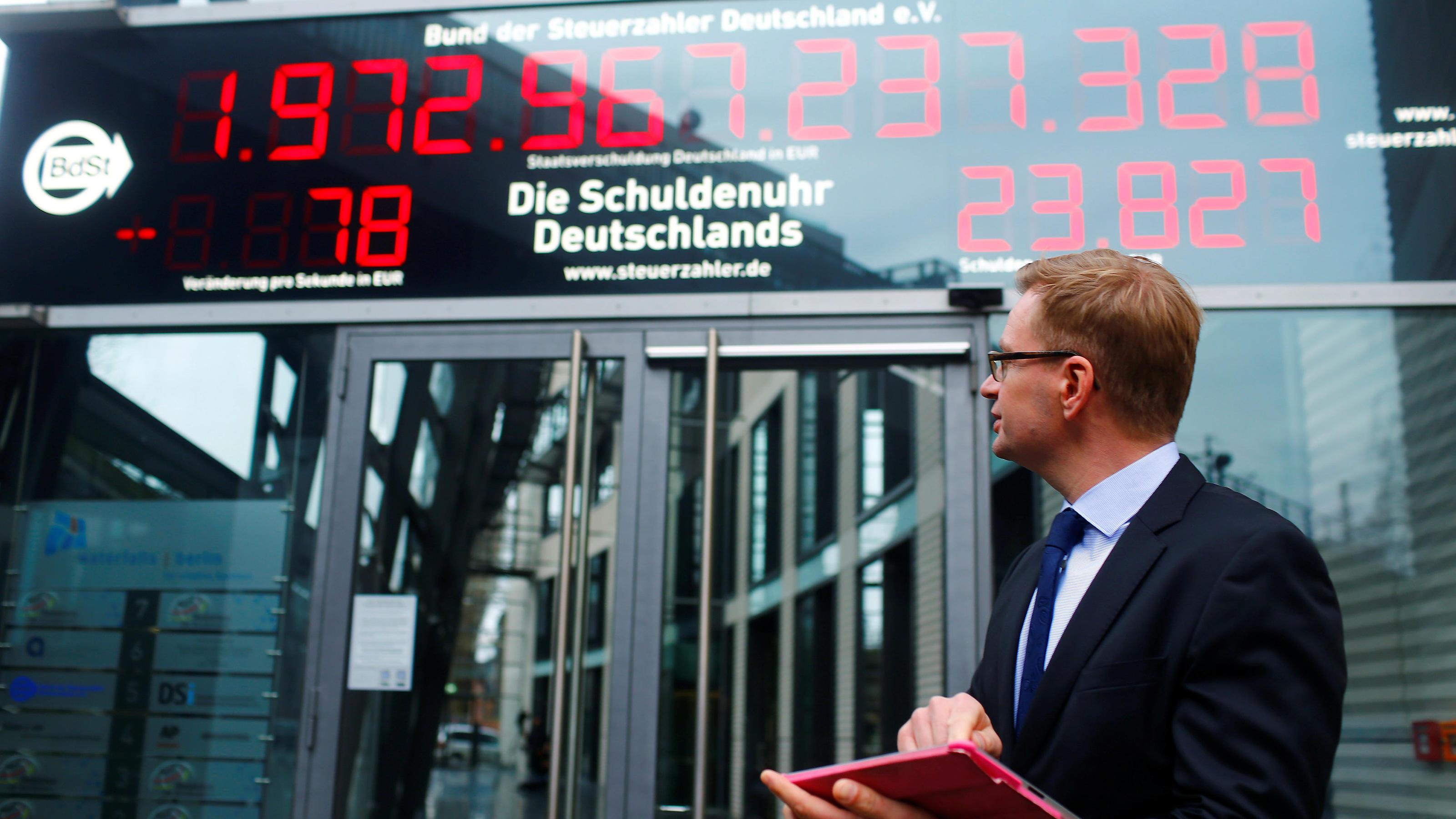 Gesamtverschuldung des Staats Die Schuldenuhr läuft jetzt rückwärts
