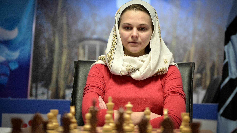 Anna Muzychuk aus der Ukraine spielte wiederwillig mit Kopftuch. Fatemeh Bahrami  Anadolu Ag