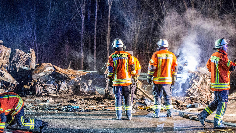 Rettungskräfte an der Unfallstelle auf der A6 bei Heilbronn