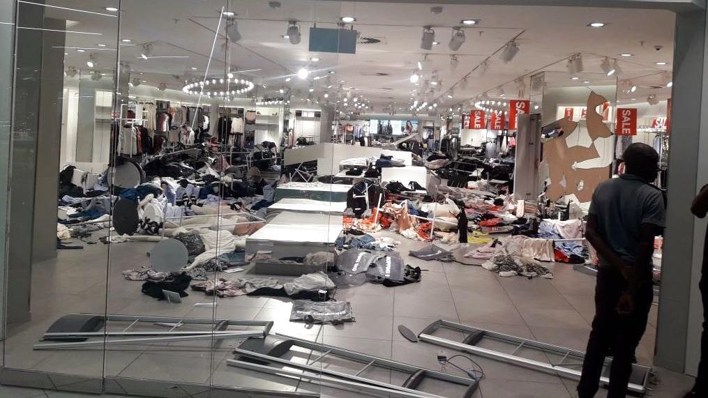 nach rassismus skandal randalierer zerst ren h m stores in s dafrika. Black Bedroom Furniture Sets. Home Design Ideas
