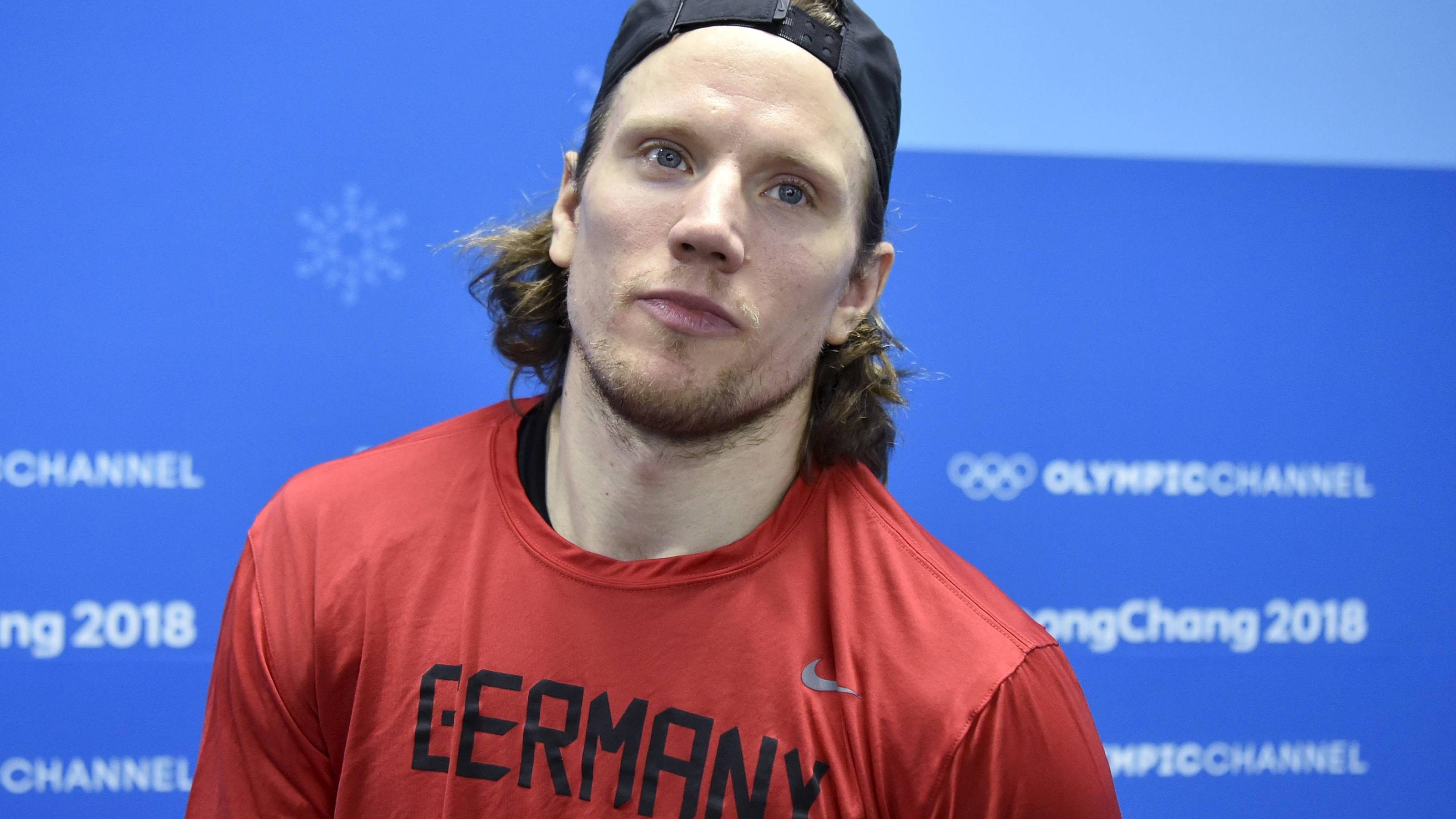 Olympia-Abschlussfeier Eishockey-Gigant Ehrhoff unser Fahnenträger