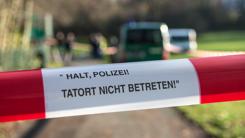 Berlin am Britzer Fennpfuhl-Teich. Dort suchten Polizeitaucher nach Stolpersteinen. In Berlin-Neukölln waren im November 16 Stolper