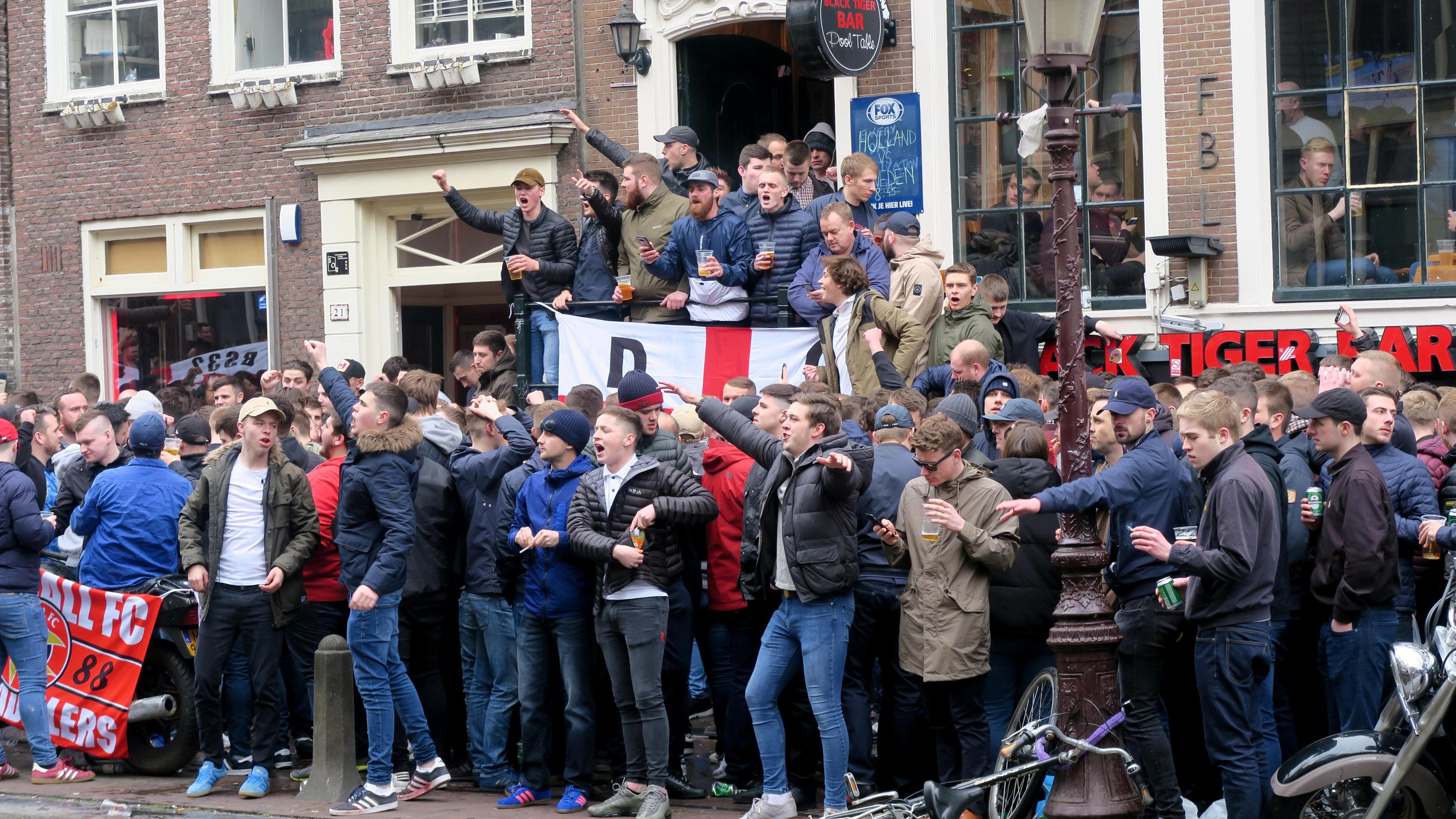 Englische Fußball-Fans randalieren