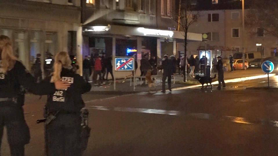 Macheten und Stangen: Polizei verhindert Straßenschlacht