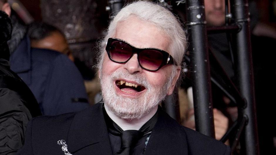 Karl Lagerfeld: Überraschender Auftritt: Modezar zeigt sich mit Zahnlücken