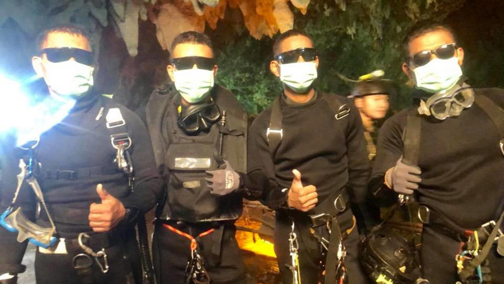 News-Bilder des Tages (180710) -- CHIANG RAI, July 10, 2018 -- Photo released by Royal Thai Navy on July 10, 2018 shows the last four Thai Navy SEAL divers coming out safely after completing the rescue mission inside the Tham Luang cave, in Chiang Ra