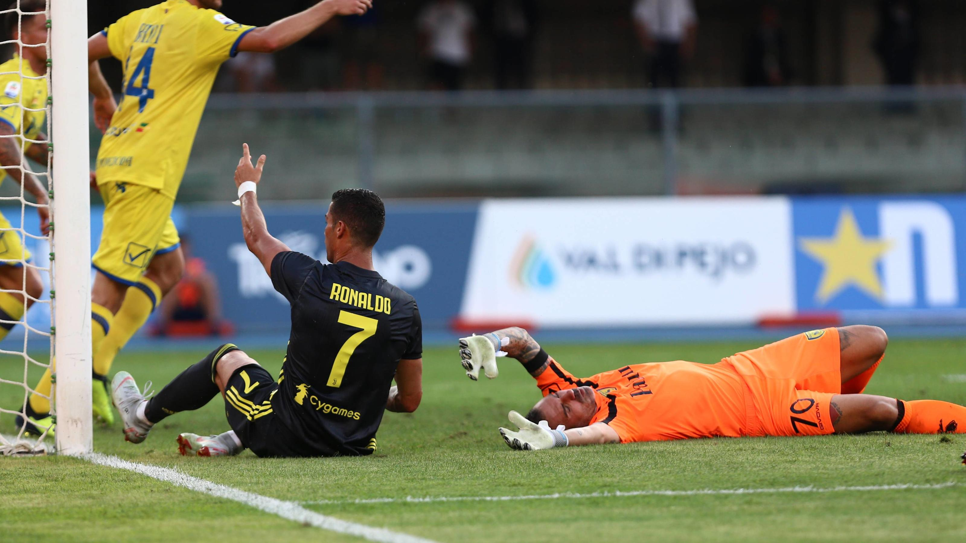 18th August 2018, Stadio Marcantonio Bentegodi, Verona, Italy&#x3B; Serie A football, Chievo versus Juventus&#x3B; Cristiano Ronaldo comes down heavily on Chievo goalkeeper Stefano Sorrentino who is knocked out in the 90th minute PUBLICATIONxINxGERxSUIxAUTxHUN