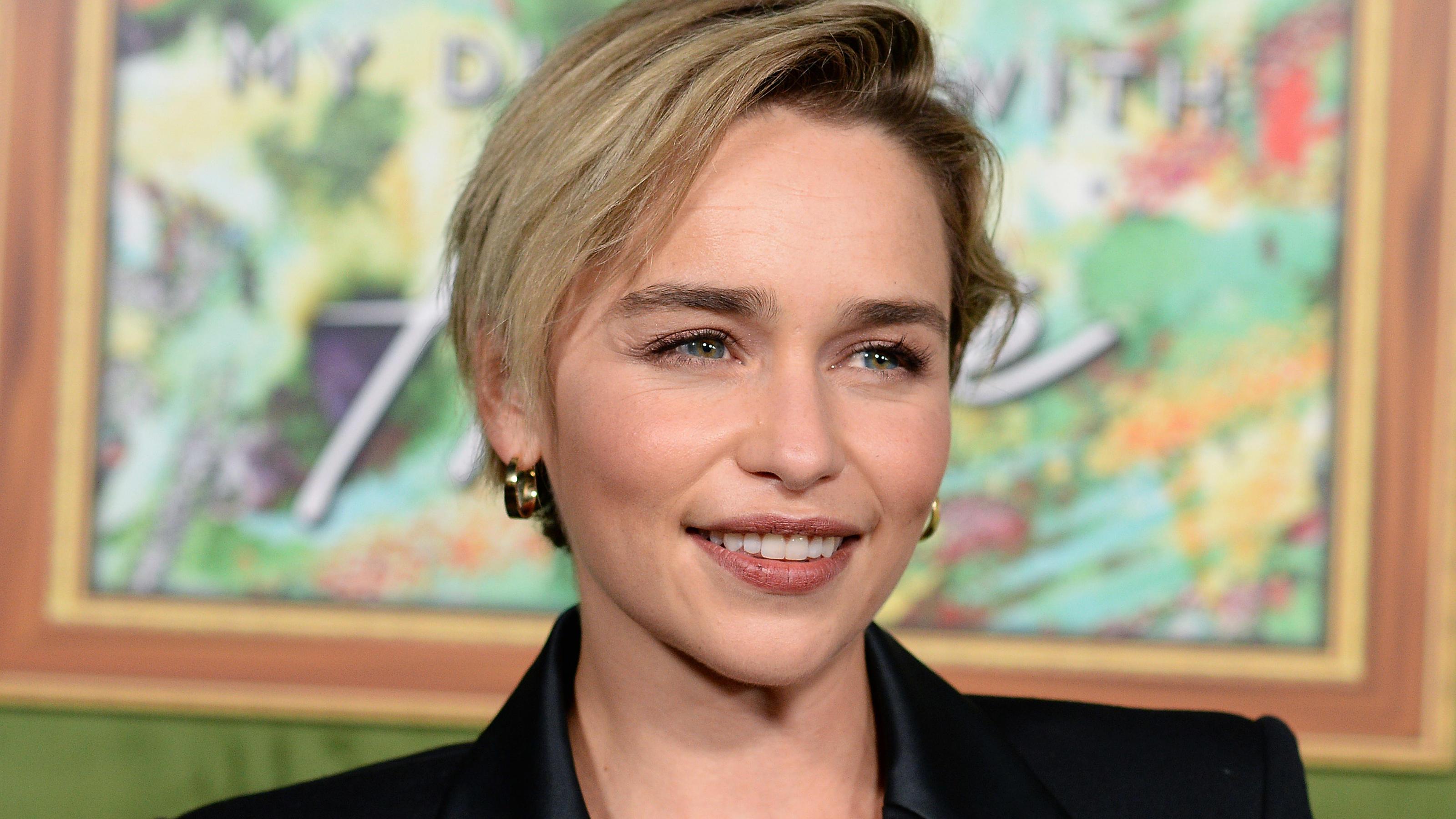 Emilia Clarke Strahlt Mit Ihrem Neuen Pixie Cut