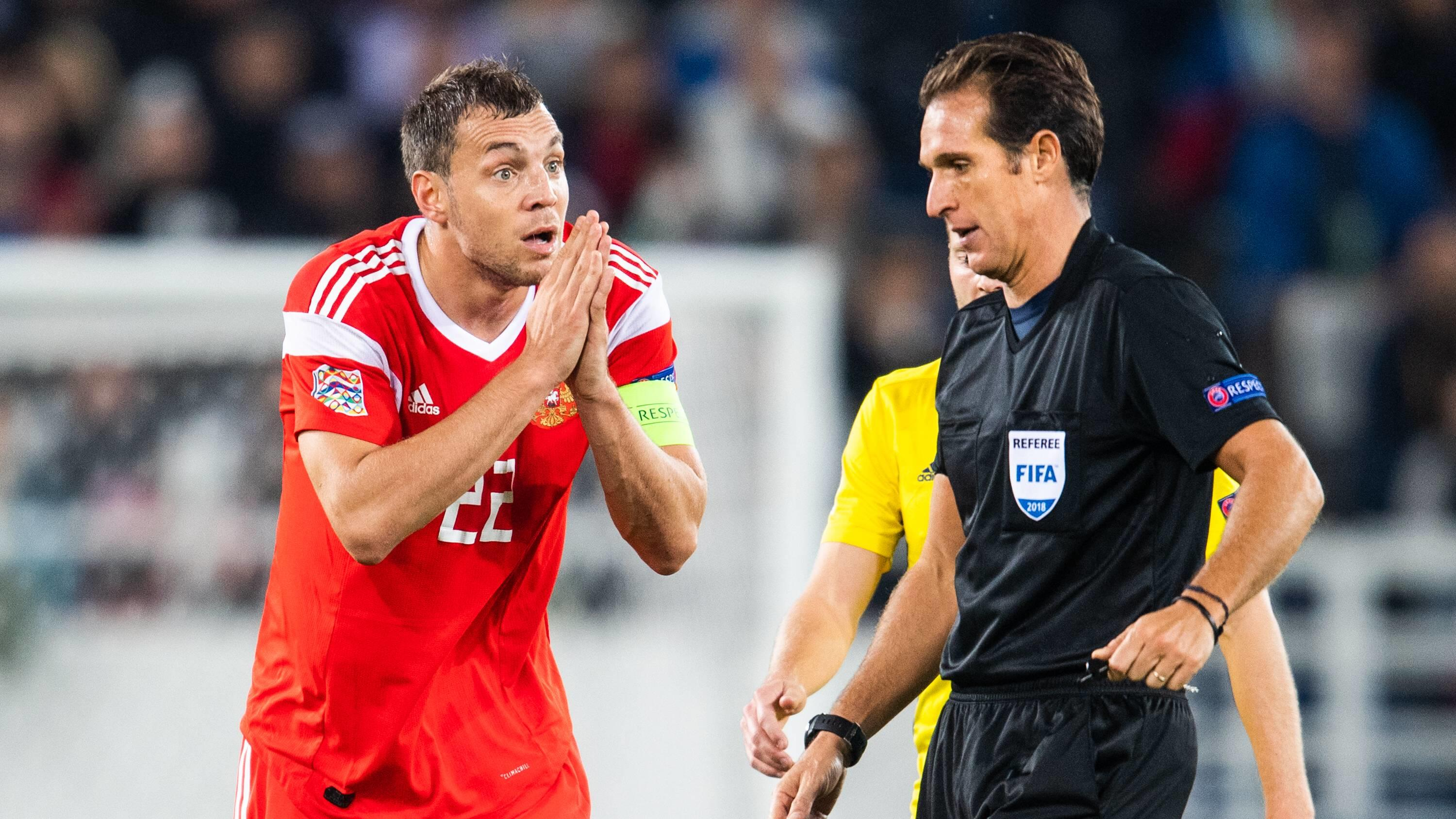 Fußball, Nations League, Russland - Schweden 181011 Artem Dzyuba of Russia reacts against referee Luca Banti during the Nations League match between Russia and Sweden on October 11, 2018 in Kaliningrad. Photo: Petter Arvidson / BILDBYRAN / kod PA / 9