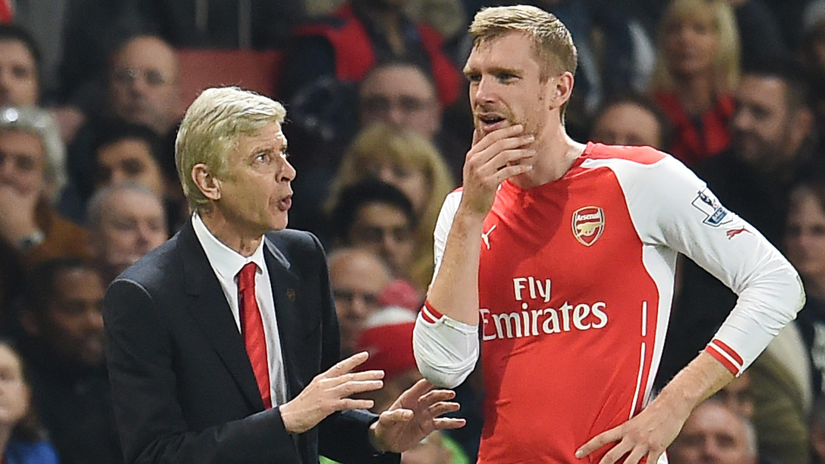 ARCHIV - Arsenal manager Arsene Wenger (L) speaks with Arsenal's Per Mertesacker (R) during the English Premier League soccer match between Arsenal and Manchester United at the Emirates Stadium in London, Britain, 22 November 2014. EPA/ANDY RAIN Data