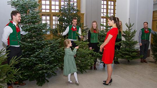 Prinzessin Estelle sucht mit ihrer Mama Victoria von Schweden den ...