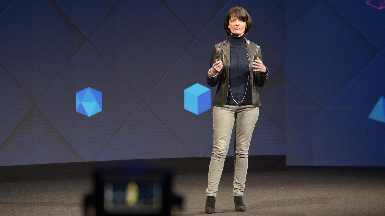 Facebook-Managerin Regina Dugan präsentiert bei der hauseigenen Entwicklerkonferenz F8 am 19.4.2017 in San Jose (Kalifornien, USA) das Projekt, Menschen mit Hilfe von Sensoren Worte direkt aus ihrem Gehirn in Computer eintippen zu lassen. Foto: Andre