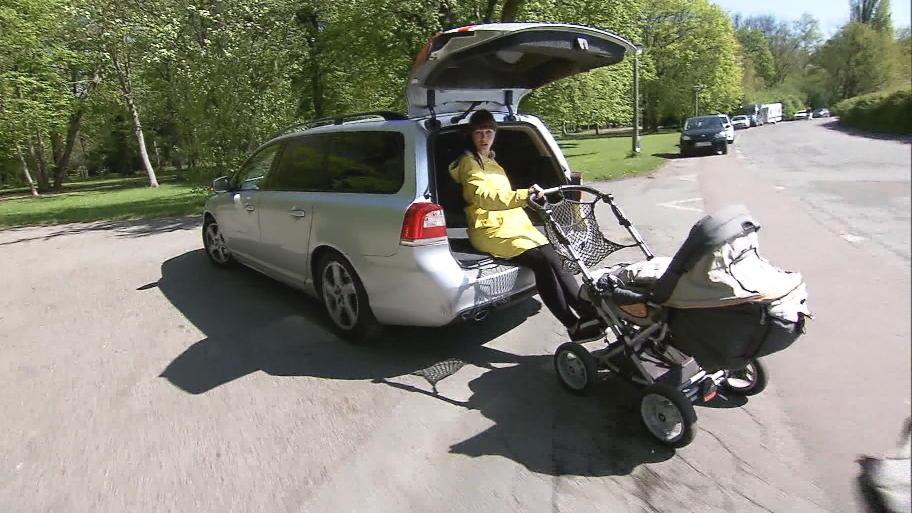 als einschlafhilfe f r enkel 2 monate oma und opa ziehen kinderwagen mit dem auto. Black Bedroom Furniture Sets. Home Design Ideas
