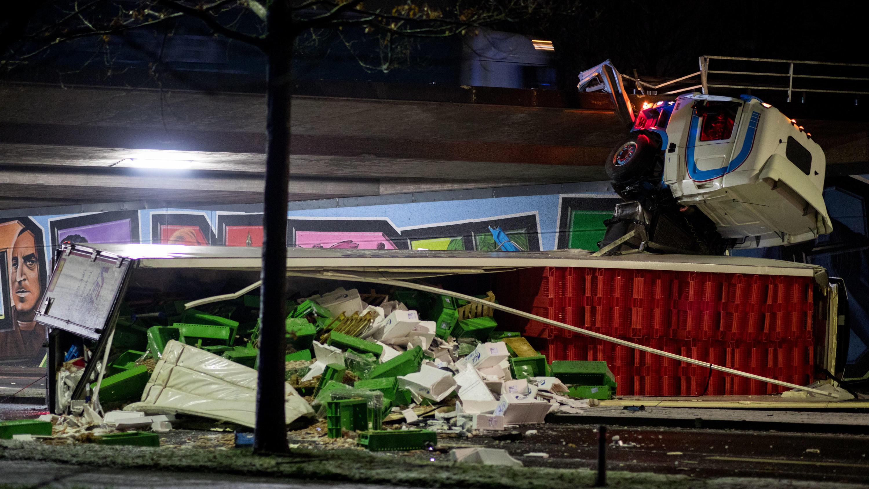 lkw unfall in oldenburg 40 tonner st rzt auf a28 von autobahnbr cke. Black Bedroom Furniture Sets. Home Design Ideas
