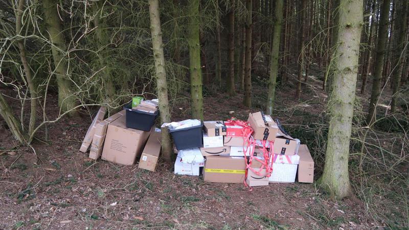 Diese Pakete hat der Zusteller im Wald entsorgt. Die die Polizei Kranach ermittelt.