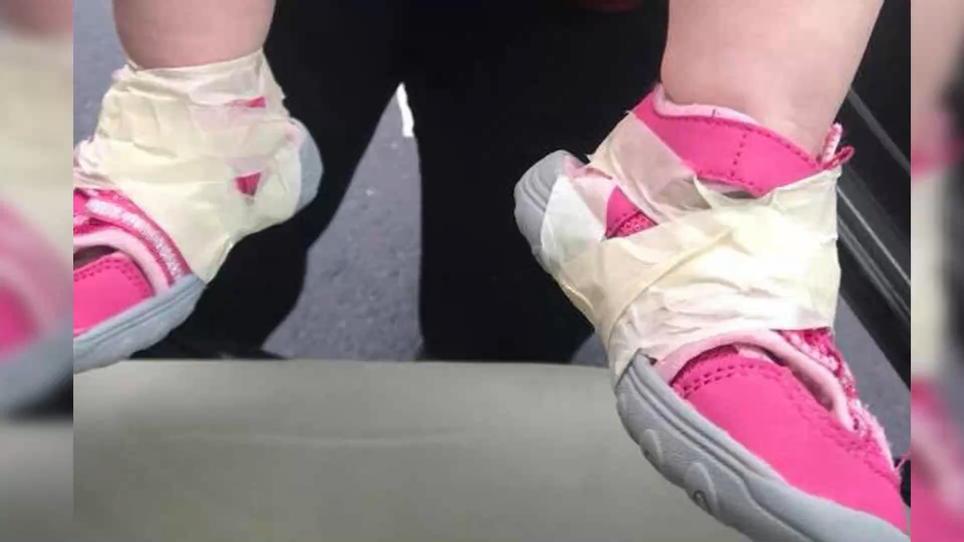 Erzieher kleben Schuhe an die Füße fest