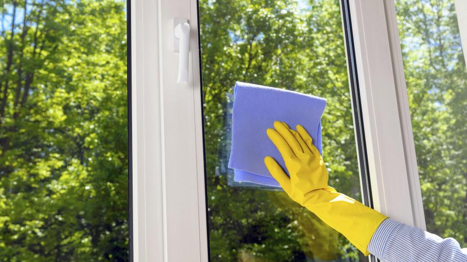 Richtig fenster putzen streifenfrei im sonnenschein - Fenster putzen ohne abzieher ...